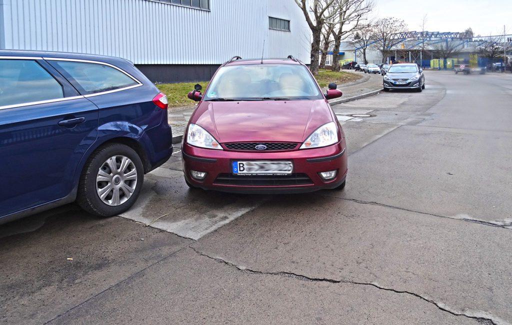 Parken rückwärts seitlich, Parklücke sehr lang. Zu früh nach rückwärts rechts gelenkt