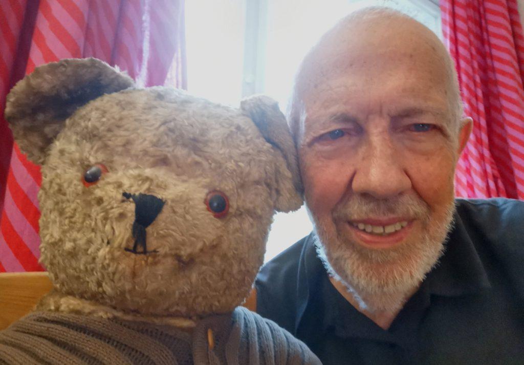 """Der Autor Frank Müller, zusammen mit Bär """"Rolf"""""""